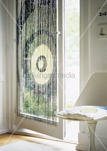gemusterter bambus vorhang an der balkont r bild kaufen. Black Bedroom Furniture Sets. Home Design Ideas