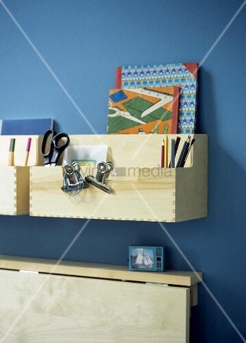 schreibtisch zum einklappen mit ablage aus holzboxen bild kaufen living4media. Black Bedroom Furniture Sets. Home Design Ideas