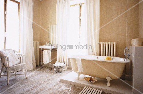eine freistehende badewanne auf podest im hellen eckbadezimmer mit gro en fensterfronten bild. Black Bedroom Furniture Sets. Home Design Ideas