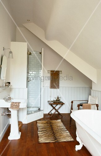 bad mit duschkabine waschbecken bild kaufen. Black Bedroom Furniture Sets. Home Design Ideas