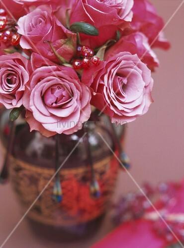 rosen in einer vase bild kaufen living4media. Black Bedroom Furniture Sets. Home Design Ideas