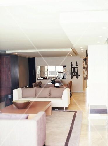 wohn und essbereich mit abgeh ngter decke und wanddurchbruch zur k che bild kaufen living4media. Black Bedroom Furniture Sets. Home Design Ideas
