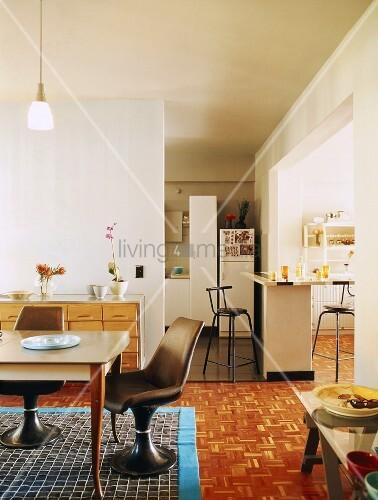 kuche 60er jahre cheap offenes raumkonzept mit kche und essbereich im er jahre stil with kuche. Black Bedroom Furniture Sets. Home Design Ideas
