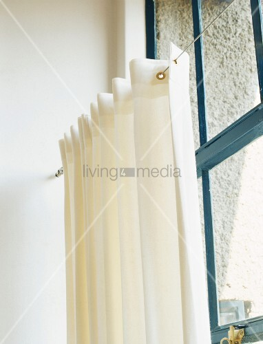Gardinenaufhängung detail einer gardinenaufhängung vor einem blauen holzfenster bild