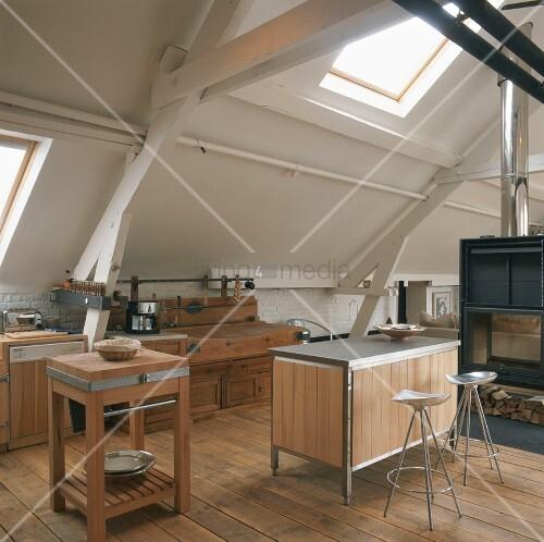 Dachgeschoss Küche offene küche im dachgeschoss mit kamin bild kaufen living4media