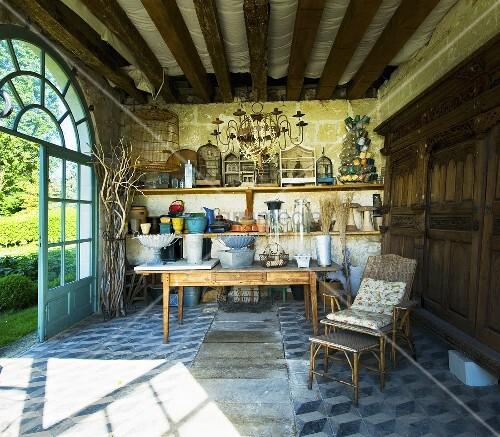 Gartenpavillon mit antikem gartenzubeh r deko im schloss la verrerie frankreich bild - Einrichtung wintergarten bilder ...