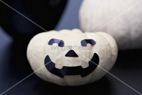 Weisser Kürbis Mit Gesicht Zu Halloween Bild Kaufen 00364554