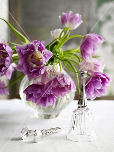 blumendekoration mit violetten blumen in der vase bild kaufen living4media. Black Bedroom Furniture Sets. Home Design Ideas