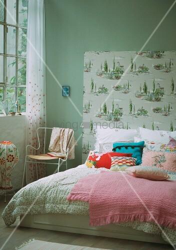 doppelbett mit tagesdecke zierkissen und tapeziertem bettkopfteil bild kaufen living4media. Black Bedroom Furniture Sets. Home Design Ideas