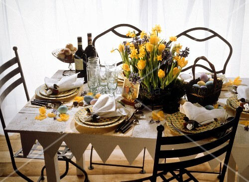 Festlich gedeckter Ostertisch im Landhausstil mit Frühlingsblumen-Dekoration