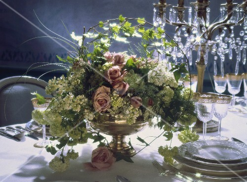 Festliches Blumengesteck mit weißem Flieder, Rosen, Efeu