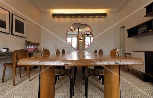 Wohnraum mit fifties m beln langer esstisch aus holz und for Langer esstisch holz