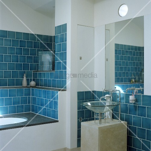 blaue wandfliesen in nische der eingebauten badewanne und waschsch ssel aus glas auf betonsockel. Black Bedroom Furniture Sets. Home Design Ideas