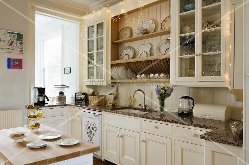 Weisse Landhausküche weisse landhausküche mit vitrinenschränken und tellerboard und einem