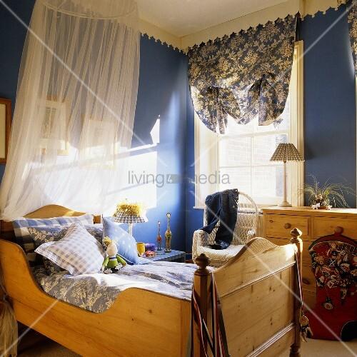 Kinderzimmer mit holzbett und baldachin und lichtspiele auf blauer wand bild kaufen living4media - Baldachin kinderzimmer ...