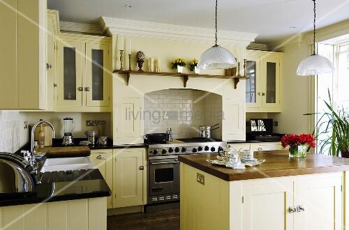 Landhausküchen Englisch englische hellgelbe landhausküche mit küchenblock bild kaufen