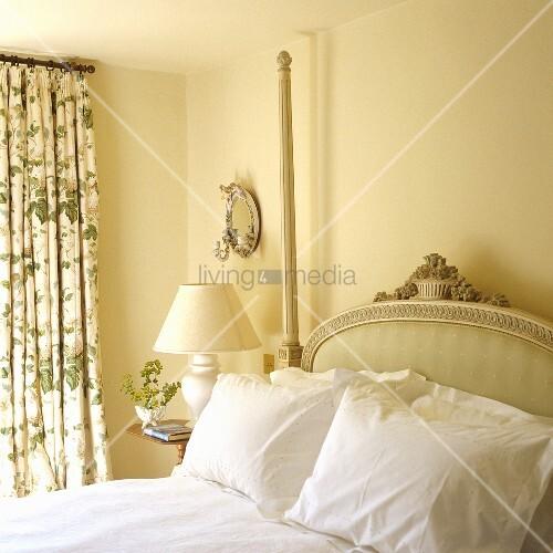 antikes bett mit gepolstertem kopfteil im gelbget ntem. Black Bedroom Furniture Sets. Home Design Ideas