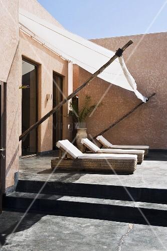 neubauhaus in marokko liegest hle auf betonierter terrasse mit sonnensegel vor fenster bild. Black Bedroom Furniture Sets. Home Design Ideas