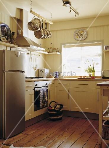 Cremefarbene Küche in einem Ferienhaus … – Bild kaufen - 00711436 ...