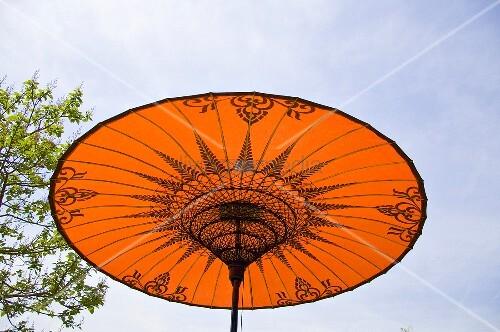 Asiatischer Sonnenschirm roter asiatischer sonnenschirm bild kaufen living4media