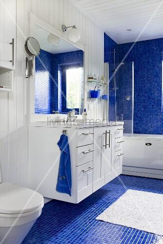 waschtisch mit spiegel im bad weisse bild kaufen. Black Bedroom Furniture Sets. Home Design Ideas