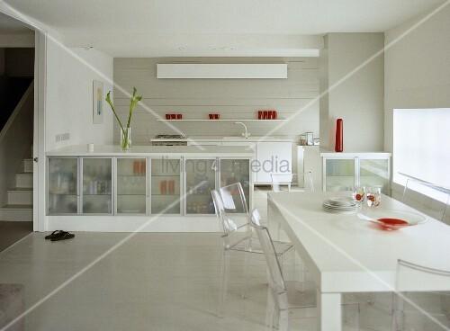 offene k che mit weissem esstisch und st hlen aus plexiglas bild kaufen living4media. Black Bedroom Furniture Sets. Home Design Ideas