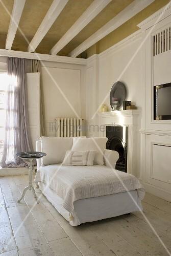weisse polsterliege im eleganten wohnraum auf rustikalem dielenboden bild kaufen living4media. Black Bedroom Furniture Sets. Home Design Ideas
