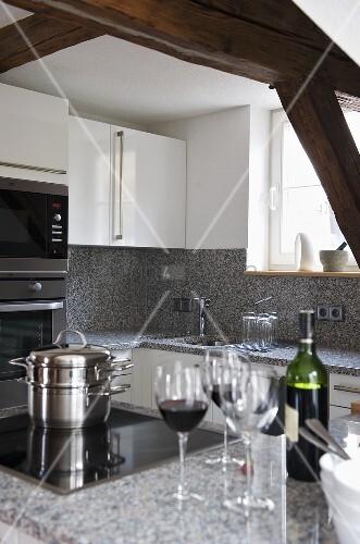 moderne k che mit arbeitsplatte aus granit und edelstahlt pfe auf herd bild kaufen living4media. Black Bedroom Furniture Sets. Home Design Ideas