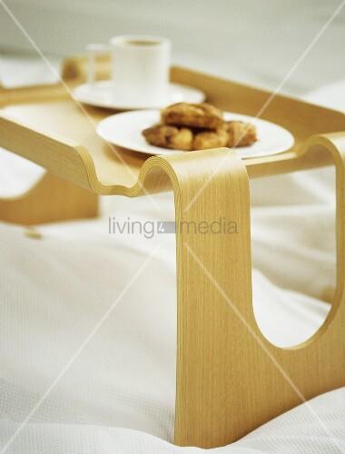 fr hst ckstablett aus geschwungenem holz auf bett bild kaufen living4media. Black Bedroom Furniture Sets. Home Design Ideas