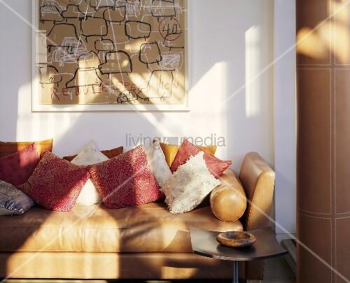 hellbraunes ledersofa mit kissen vor weisser wand bild kaufen living4media. Black Bedroom Furniture Sets. Home Design Ideas