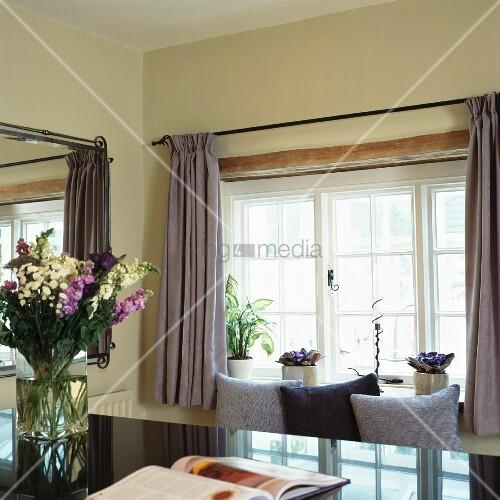graue vorh nge und kissen vor antikem bild kaufen. Black Bedroom Furniture Sets. Home Design Ideas