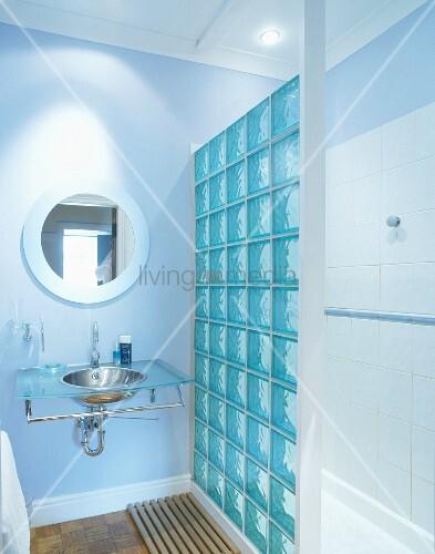 Modernes Badezimmer mit Glasbausteinen und Edelstahlwaschbecken in ...