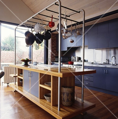 Eine Kücheninsel Mit Einer Stahlkonstruktion Für