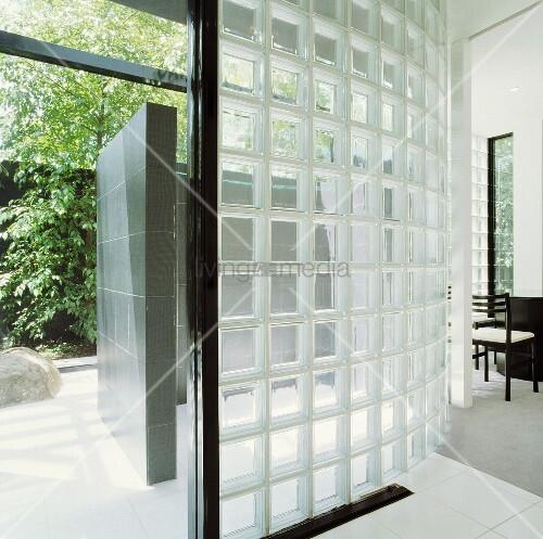 Gebogene Wand aus Glasbausteinen in modernem Haus mit offener Tür ...
