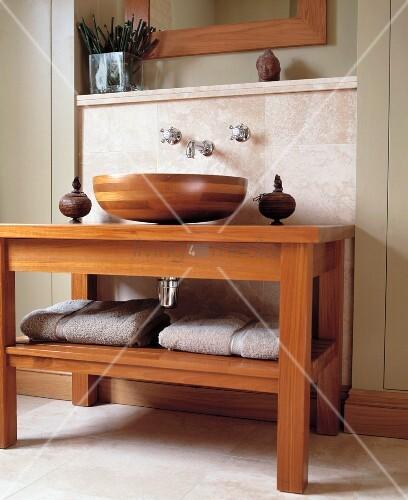 waschtisch regal und waschbecken aus holz mit wandarmaturen und asiatischen skulpturen dekoriert. Black Bedroom Furniture Sets. Home Design Ideas