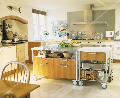 Bewegliche Kochinsel auf Rollen in moderner Küche mit weißen ...
