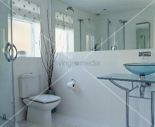 modernes badezimmer mit waschtisch aus glas und metall vor. Black Bedroom Furniture Sets. Home Design Ideas