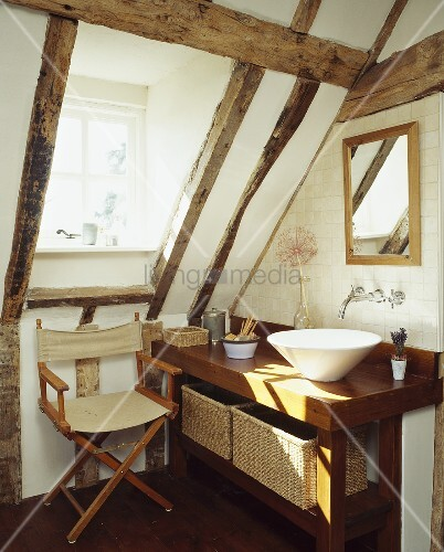 moderner waschtisch und segelstuhl unter dachschr ge eines. Black Bedroom Furniture Sets. Home Design Ideas