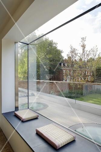 Moderne fensternische mit grossfl chigem fenster und sitzkissen auf bank bild kaufen - Fenster justieren anleitung mit bildern ...