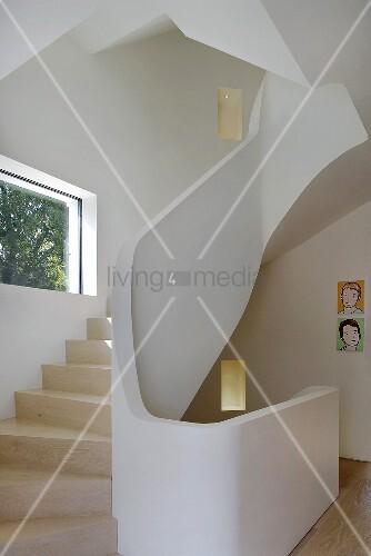 Gemauerte Treppengeländer gewendelter treppenlauf mit holzstufen und gemauertem geländer im